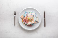 Κορυφή των ευρο- τραπεζογραμματίων άποψης στο άσπρο πιάτο με το δίκρανο και το μαχαίρι Στοκ φωτογραφίες με δικαίωμα ελεύθερης χρήσης