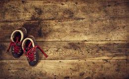 Κορυφή Flatlay που τα αναδρομικά παπούτσια πεζοπορίας Στοκ Φωτογραφίες