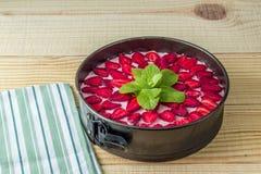 Κορυφή Grean leves του κέικ ζελατίνας φραουλών στον πίνακα Στοκ Εικόνα