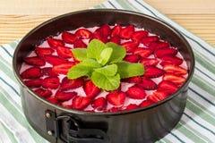 Κορυφή Grean leves του κέικ ζελατίνας φραουλών στον πίνακα Στοκ φωτογραφία με δικαίωμα ελεύθερης χρήσης