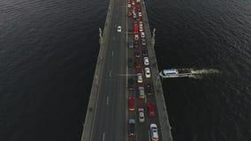 Κορυφή vew της γέφυρας με το crosing ποταμό αυτοκινήτων και σκαφών απόθεμα βίντεο