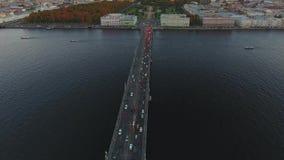 Κορυφή vew της γέφυρας, του ποταμού και των αυτοκινήτων απόθεμα βίντεο