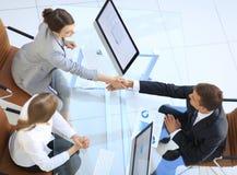 κορυφαία όψη άτομο και ανώτερος υπάλληλος επιχειρησιακών χειραψιών επάνω από το γραφείο Στοκ Εικόνες