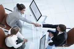 κορυφαία όψη άτομο και ανώτερος υπάλληλος επιχειρησιακών χειραψιών επάνω από το γραφείο Στοκ εικόνες με δικαίωμα ελεύθερης χρήσης