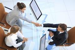 κορυφαία όψη άτομο και ανώτερος υπάλληλος επιχειρησιακών χειραψιών επάνω από το γραφείο Στοκ Εικόνα