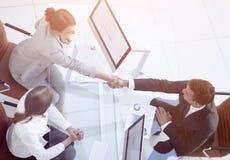 κορυφαία όψη άτομο και ανώτερος υπάλληλος επιχειρησιακών χειραψιών επάνω από Στοκ Εικόνες