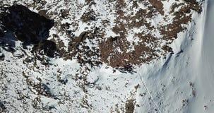 κορυφαία όψη βουνών Τουρίστες στην κορυφή απόθεμα βίντεο