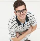 κορυφαία όψη επιτυχής νεαρός άνδρας με τα γυαλιά που εξετάζει τη κάμερα Στοκ εικόνες με δικαίωμα ελεύθερης χρήσης