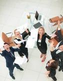 κορυφαία όψη επιχειρησιακή ομάδα που ρίχνει τα έγγραφα εργασίας Τ Στοκ εικόνα με δικαίωμα ελεύθερης χρήσης