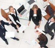 κορυφαία όψη επιχειρησιακή ομάδα που ρίχνει τα έγγραφα εργασίας Τ Στοκ Φωτογραφία