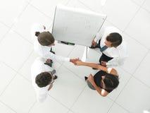 κορυφαία όψη η εικόνα υποβάθρου των συναδέλφων επιχειρησιακών χειραψιών Στοκ εικόνες με δικαίωμα ελεύθερης χρήσης