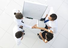 κορυφαία όψη η εικόνα υποβάθρου των συναδέλφων επιχειρησιακών χειραψιών Στοκ Φωτογραφίες
