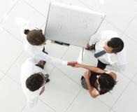 κορυφαία όψη η εικόνα υποβάθρου των συναδέλφων επιχειρησιακών χειραψιών Στοκ εικόνα με δικαίωμα ελεύθερης χρήσης