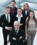 κορυφαία όψη ομάδα χαμογελώντας επιχειρηματιών που εξετάζουν τη κάμερα στοκ εικόνα