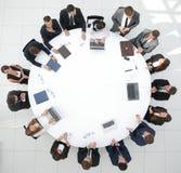 κορυφαία όψη συνέταιροι συνεδρίασης για τη στρογγυλή τράπεζα Στοκ φωτογραφία με δικαίωμα ελεύθερης χρήσης