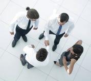 κορυφαία όψη το ευπρόσδεκτο τίναγμα συναδέλφων παραδίδει το γραφείο Στοκ Φωτογραφία
