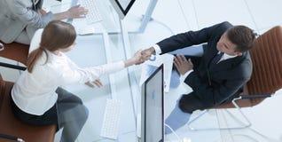 κορυφαία όψη χειραψία ο ανώτερος διευθυντής και ο υπάλληλος επάνω από το γραφείο Στοκ εικόνες με δικαίωμα ελεύθερης χρήσης