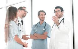 Κορυφαίος γιατρός που μιλά με το προσωπικό νοσοκομείου στοκ εικόνες