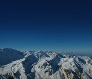 Κορυφογραμμές βουνών ενάντια στον άπειρο ουρανό στοκ εικόνες