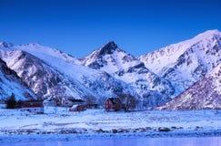 Κορυφογραμμή βουνών και σπίτι, νησιά Lofoten, Νορβηγία Φυσικό τοπίο στη Νορβηγία στοκ φωτογραφία με δικαίωμα ελεύθερης χρήσης