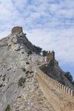 Κορυφογραμμή βουνών με τα υπόλοιπα του τοίχου φρουρίων στην ΤΣΕ Στοκ Φωτογραφίες