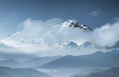 Κορυφογραμμή βουνών στα σύννεφα φυσική φύση βουνών τοπίων σύνθεσης Τοπίο βουνών ως υπόβαθρο στοκ εικόνες