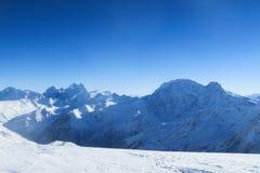 Κορυφογραμμή βουνών των καυκάσιων βουνών στο μπλε ουρανό Περιοχή Elbrus στοκ φωτογραφία με δικαίωμα ελεύθερης χρήσης