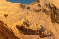 Κορυφογραμμή βουνών χιονιού στις Άλπεις στο ηλιοβασίλεμα Στοκ εικόνες με δικαίωμα ελεύθερης χρήσης