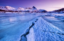Κορυφογραμμή και αντανάκλαση βουνών στην επιφάνεια λιμνών Φυσικό τοπίο στα νησιά Lofoten, Νορβηγία στοκ φωτογραφίες