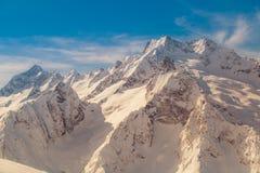Κορυφογραμμή των βουνών Καύκασου κοντά στην πόλη Dombay, Ρωσία μια ηλιόλουστη χειμερινή ημέρα στο ηλιοβασίλεμα στοκ εικόνες με δικαίωμα ελεύθερης χρήσης