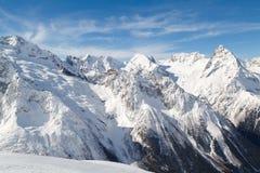 Κορυφογραμμή των βουνών Καύκασου κοντά στην πόλη Dombay, Ρωσία μια ηλιόλουστη χειμερινή ημέρα στο ηλιοβασίλεμα στοκ φωτογραφία