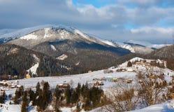 Κορυφογραμμή χειμερινών βουνών πρωινού ανατολής Στοκ φωτογραφία με δικαίωμα ελεύθερης χρήσης