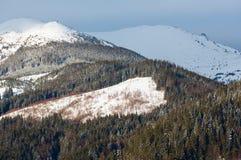Κορυφογραμμή χειμερινών βουνών πρωινού ανατολής Στοκ Φωτογραφίες