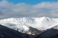 Κορυφογραμμή χειμερινών βουνών πρωινού Στοκ φωτογραφίες με δικαίωμα ελεύθερης χρήσης