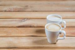 Κορφολόγοι καφέ Δύο φλιτζάνια του καφέ σε έναν ξύλινο πίνακα στοκ φωτογραφίες με δικαίωμα ελεύθερης χρήσης