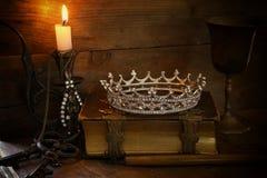 Κορώνα βασίλισσας στο παλαιό βιβλίο έννοια Μεσαίωνα φαντασίας Στοκ Εικόνες