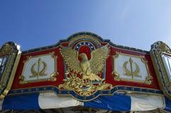 Κορώνα εύθυμος-πηγαίνω-στρογγυλού ενάντια στο μπλε ουρανό Στοκ εικόνες με δικαίωμα ελεύθερης χρήσης
