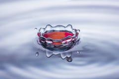 Κορώνα παφλασμών πτώσης νερού στους μπλε και κόκκινους τόνους Στοκ εικόνες με δικαίωμα ελεύθερης χρήσης