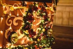 Κορώνα Χριστουγέννων που τοποθετείται στο τραμ στοκ φωτογραφίες