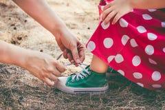 κορών εκφραστικός γιος προσώπων ανθρώπων προγόνων χρωμάτων mum οικογενειακών πατέρων φιλικός Αγαπώντας μητέρα που βοηθά την λίγη  στοκ εικόνα με δικαίωμα ελεύθερης χρήσης