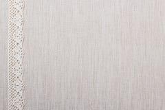 Κορδέλλα δαντελλών στο υπόβαθρο υφασμάτων λινού Στοκ Εικόνες