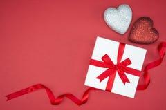 Κορδέλλα μεταξιού περικαλυμμάτων κιβωτίων δώρων με τη μορφή καρδιών αγάπης Στοκ Φωτογραφίες