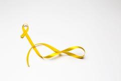 Κορδέλλα παιδικής ηλικίας, χρυσή κορδέλλα ως σύμβολο του καρκίνου παιδικής ηλικίας awar Στοκ εικόνα με δικαίωμα ελεύθερης χρήσης