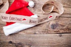 Κορδέλλα Χριστουγέννων στο ξύλινο υπόβαθρο Στοκ Φωτογραφίες
