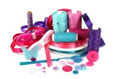 Κορδέλλες, νήμα και κουμπιά τεχνών ράβοντας Στοκ εικόνα με δικαίωμα ελεύθερης χρήσης