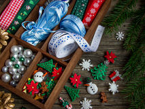 Κορδέλλες, χάντρες, παιχνίδια, τέχνες Χριστουγέννων σε ένα ξύλινο κιβώτιο Στοκ Φωτογραφία
