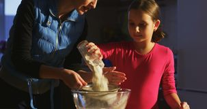 Κοσκινίστε το αλεύρι και μαγειρεψτε μαζί τη μητέρα με το παιδί απόθεμα βίντεο