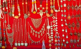 Κοσμήματα για την πώληση στο κόκκινο βελούδο Στοκ φωτογραφίες με δικαίωμα ελεύθερης χρήσης