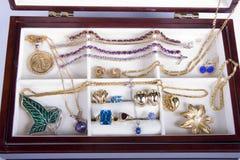 κοσμήματα κοσμήματος αλυσίδων κιβωτίων Στοκ φωτογραφία με δικαίωμα ελεύθερης χρήσης