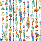 Κοσμήματα Watercolor με τα κοχύλια θάλασσας, χάντρες, άνευ ραφής σχέδιο φτερών απεικόνιση αποθεμάτων